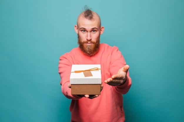 절연 캐주얼 복숭아에 수염 된 유럽 남자, 행복 선물 상자를 보유