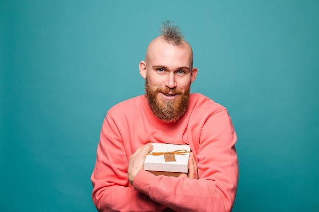 캐주얼 복숭아 절연, 행복 포옹 선물 상자에 수염 된 유럽 남자