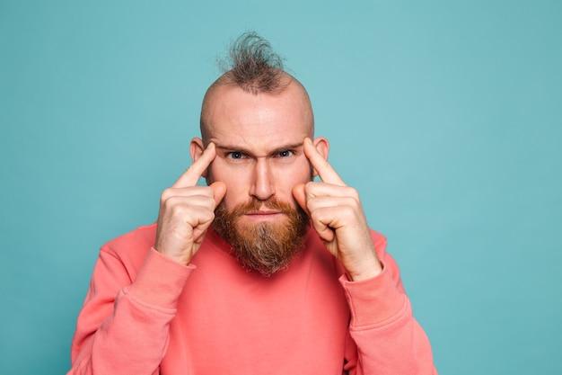 고립 된 캐주얼 복숭아에 수염 난 유럽 남자, 걱정과 긴장, 질문에 대해 걱정 생각