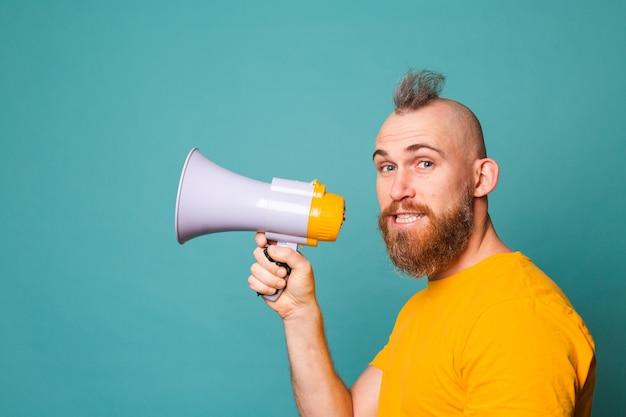 노란색 셔츠에 수염 된 유럽 남자 절연, 확성기 스피커, 관심에 미친 소리!