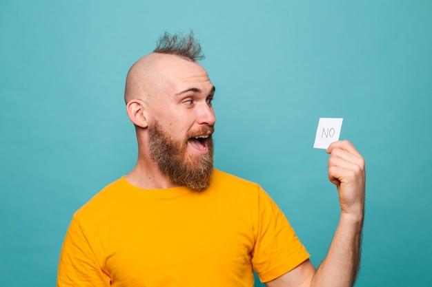 黄色のシャツを着たひげを生やしたヨーロッパ人が孤立し、陽気な幸せな笑顔を保持していません