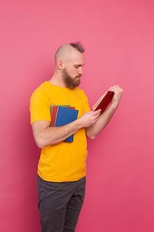 핑크에도 서의 스택과 함께 수염 된 유럽 남자