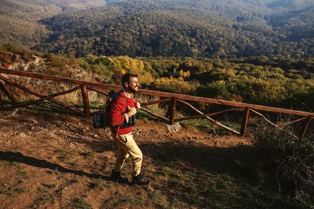 자연 속에서 울부 짖는 수염 된 탐험가. 아름다운 가을날입니다. 배낭 데 남자.