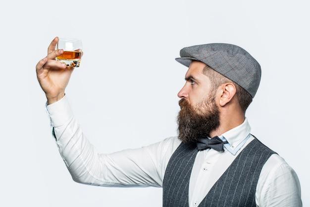 Бородатый господин пьет коньяк.