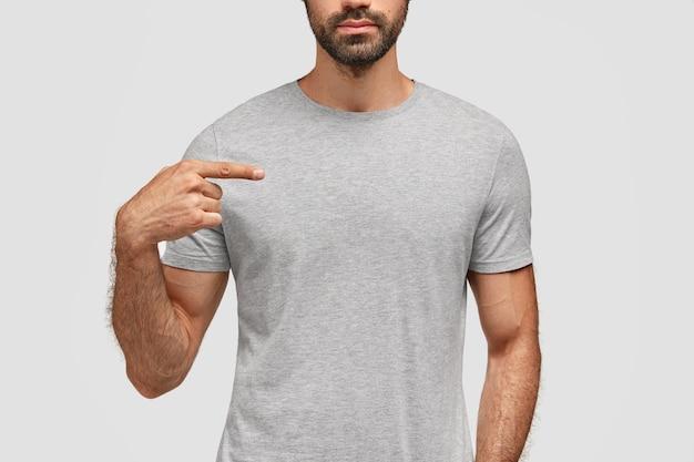 ひげを生やした男は彼の新しいtシャツを指しています