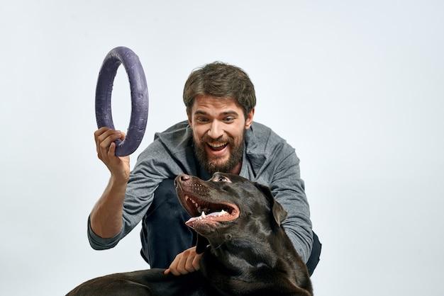犬と一緒にポーズをとるひげを生やした男