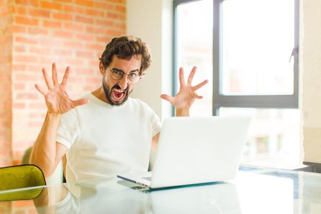 Бородатый парень кричит от паники или гнева