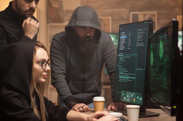 Бородатый хакер в толстовке с капюшоном, пока его команда взламывает уязвимые правительственные серверы.