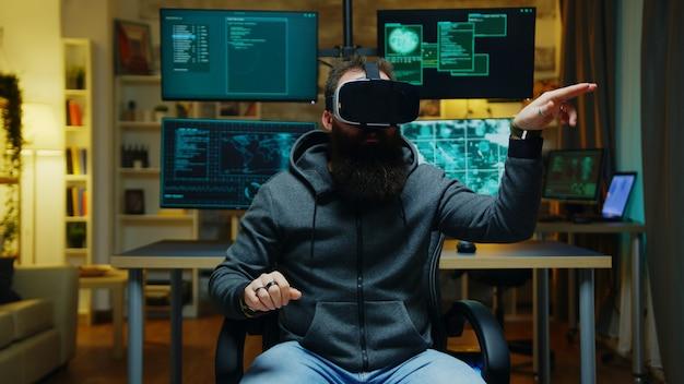 Бородатый хакер в очках виртуальной реальности. интернет-преступник.