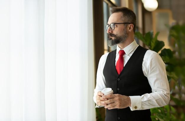 スタイリッシュなひげの肖像画を持つひげを生やした流行に敏感なビジネスマン。