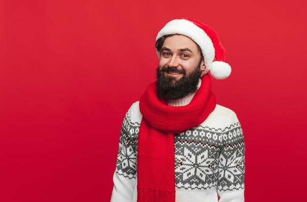 Бородатый хипстер в шляпе санта улыбается