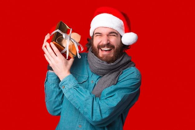 Бородатый хипстер в восторге от полученного подарка.