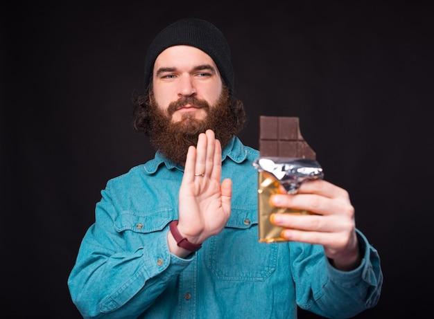 Бородатый хипстер говорит нет шоколаду.