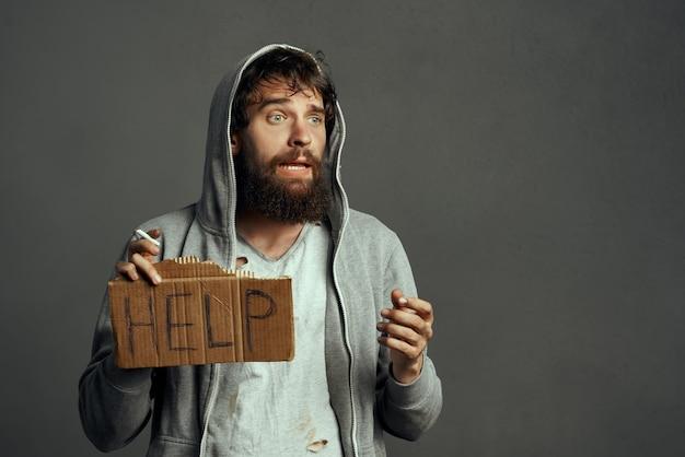 기호를 들고 수염 난 노숙자 재정 문제 부랑자 도움