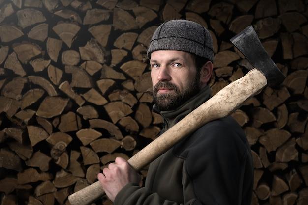 Бородатый дровосек перед дровами