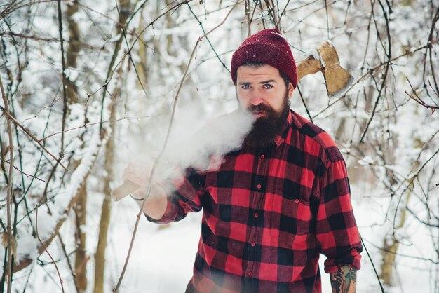 Курение бородатого дровосека в зимнем лесу
