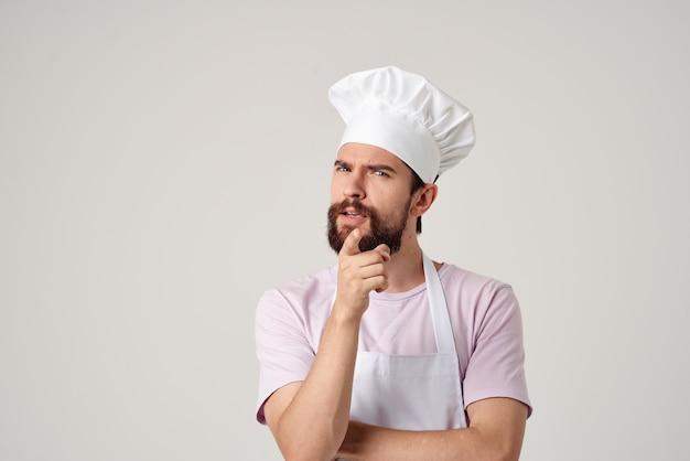 ひげを生やした男性両方の専門家のキッチンの仕事サービス