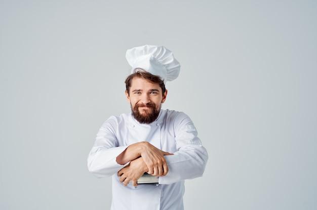 Бородатый мужчина-шеф-повар с кастрюлей в руках кухня ресторан работа