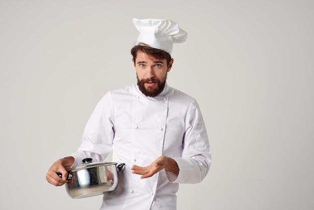 彼の手で鍋を持ったひげを生やした男性シェフキッチンレストランの仕事