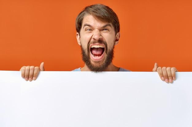 ひげを生やした男性広告マーケティングコピースペーススタジオライフスタイル