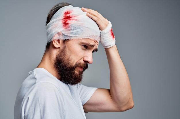 수염 난된 남자 붕대 머리와 손 혈액 고립 된 배경