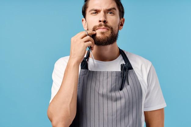 Бородатый мужчина салон красоты синий фон