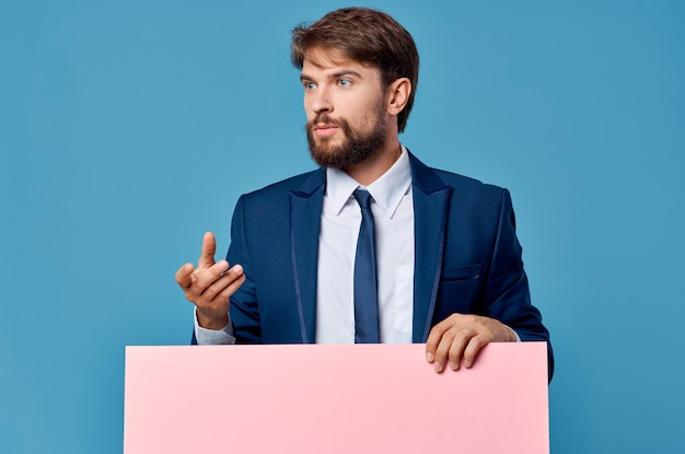 ひげを生やした男の看板広告コピースペース孤立した背景