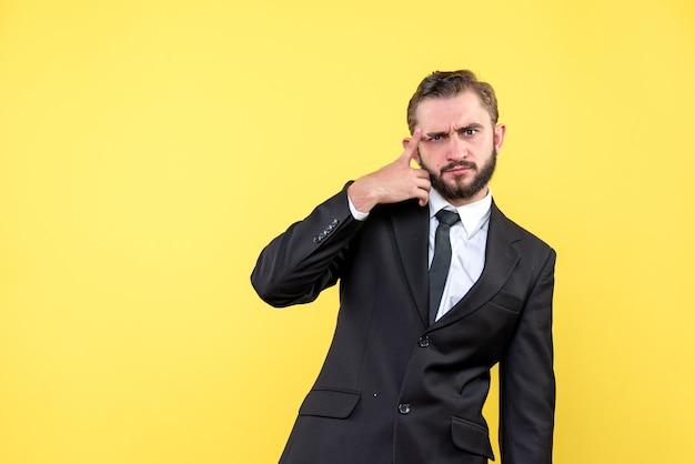 Uomo barbuto che fa il brainstorming tenendo il dito sulla fronte