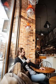 Uomo barbuto nella caffetteria