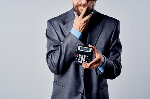 手でひげを生やした男計算機ビットコインは、金融の孤立した背景を数えます