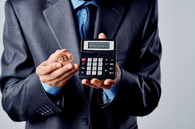 金融スタジオの公式を数える手でひげを生やした男計算機ビットコイン