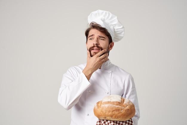 Бородатый мужчина шеф-повар приготовления пекарни изолированный фон