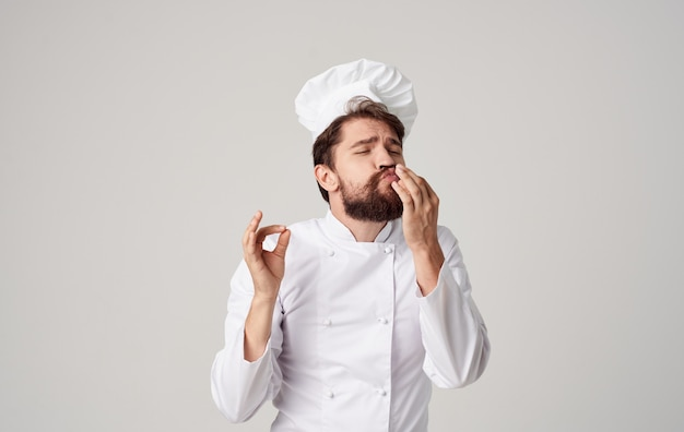 Бородатый мужчина шеф-повар кулинария профессиональные эмоции кулинарной индустрии