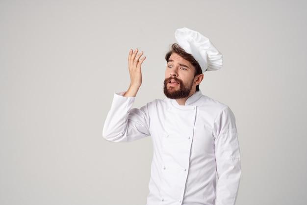 あごひげを生やした男のシェフのキッチン仕事の手のジェスチャーは、背景を分離しました。高品質の写真