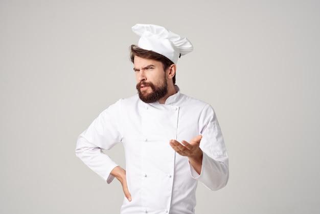 ひげを生やした男シェフキッチン仕事手ジェスチャー明るい背景