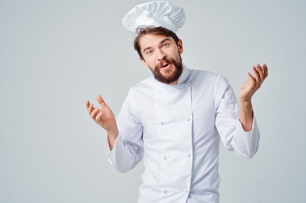あごひげを生やしたシェフのキッチン仕事の手のジェスチャープロの感情。高品質の写真