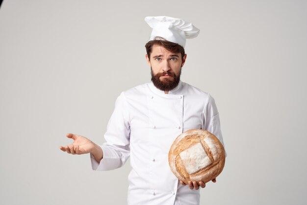 Бородатый мужчина шеф-повар ресторан предоставление услуг изолированный фон