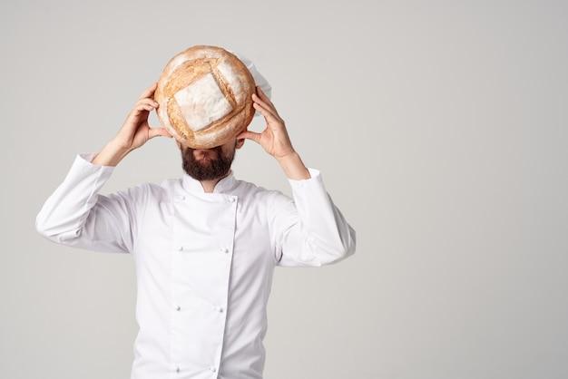 Бородатый мужчина шеф-повар ресторана оказание услуг профессиональные эмоции