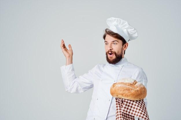 手料理業界でパンとひげを生やした男のシェフ