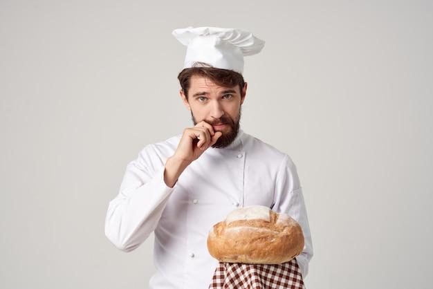 手にパンを持ったひげを生やした男のシェフは、背景を分離しました。高品質の写真