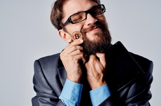金融仮想通貨の光の背景の手にひげを生やした男の暗号通貨。高品質の写真