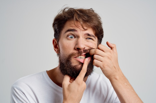 Бородатый мужчина стоматологическая проблема лечение стоматологии изолированный фон