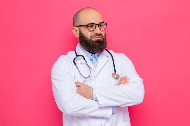 白衣を着たひげを生やした男性医師、首に聴診器を装着し、腕を組んで自信を持って表情を見せながら眼鏡をかけている
