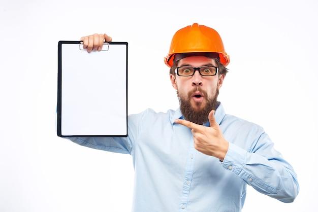 Бородатый мужчина документы в руке и рисунки студии жест рукой
