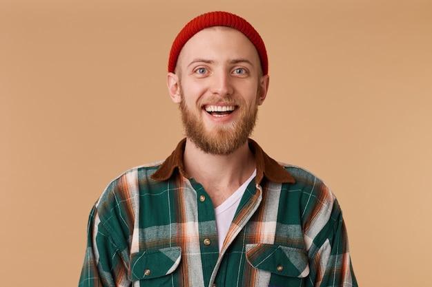 Uomo barbuto vestito cappello rosso e camicia