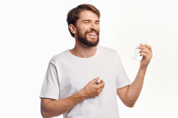 Бородатый мужчина питьевой воды изолированный фон