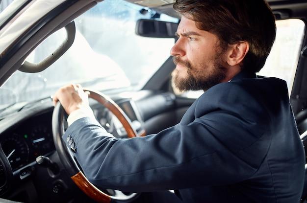 あごひげを生やした車の旅を運転する贅沢なライフスタイルが豊富。高品質の写真