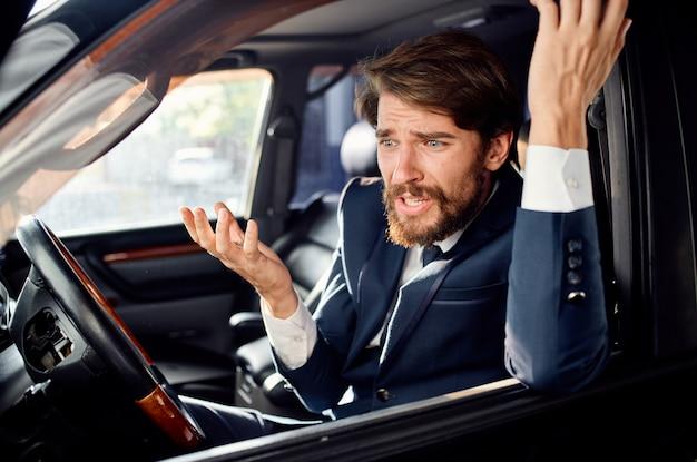 あごひげを生やした車の旅の贅沢なライフスタイルの成功を運転します。高品質の写真