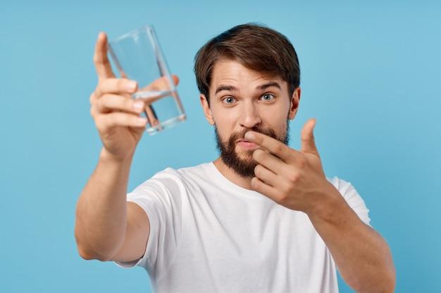 Бородатый мужчина стакан воды изолированный фон