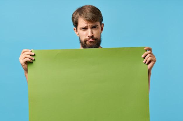 手でひげを生やした男の緑のバナー空白シート孤立した背景。高品質の写真